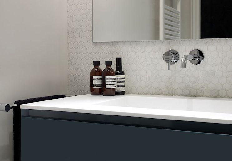 Mueble vanitory amurado a la pared, con la parte de abajo libre para dar sensación de más amplitud al baño