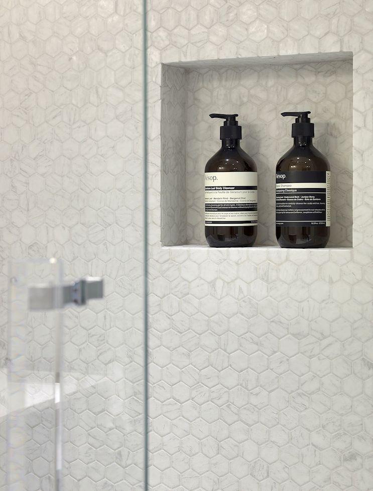 Nichos en la pared del baño permiten guardar objetos de uso diario