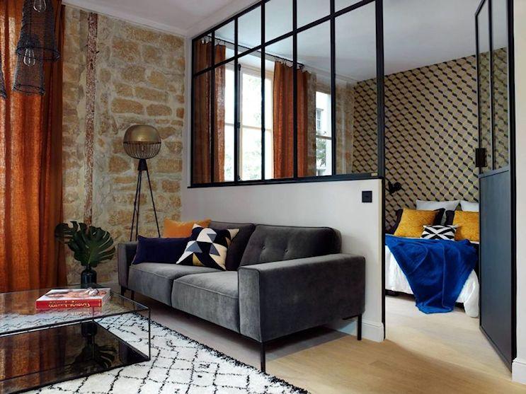División de ambientes realizada con una pared a media altura de 1,10 metros y una estructura en hierro y vidrio en la parte superior