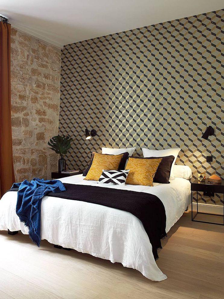 El empapelado de la pared es otro de los elementos decorativos protagonista de la decoración