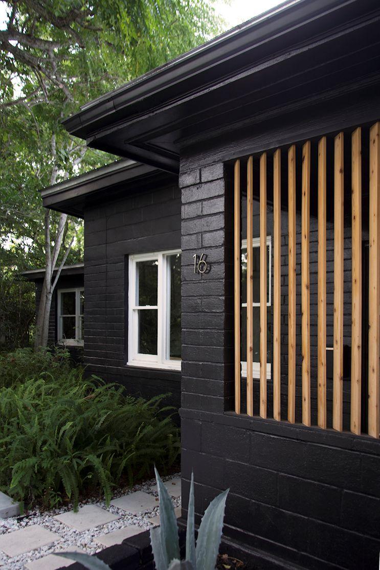 Las paredes pintadas de negro aseguran un estilo moderno y actual a la vez que requieren bajo mantenimiento