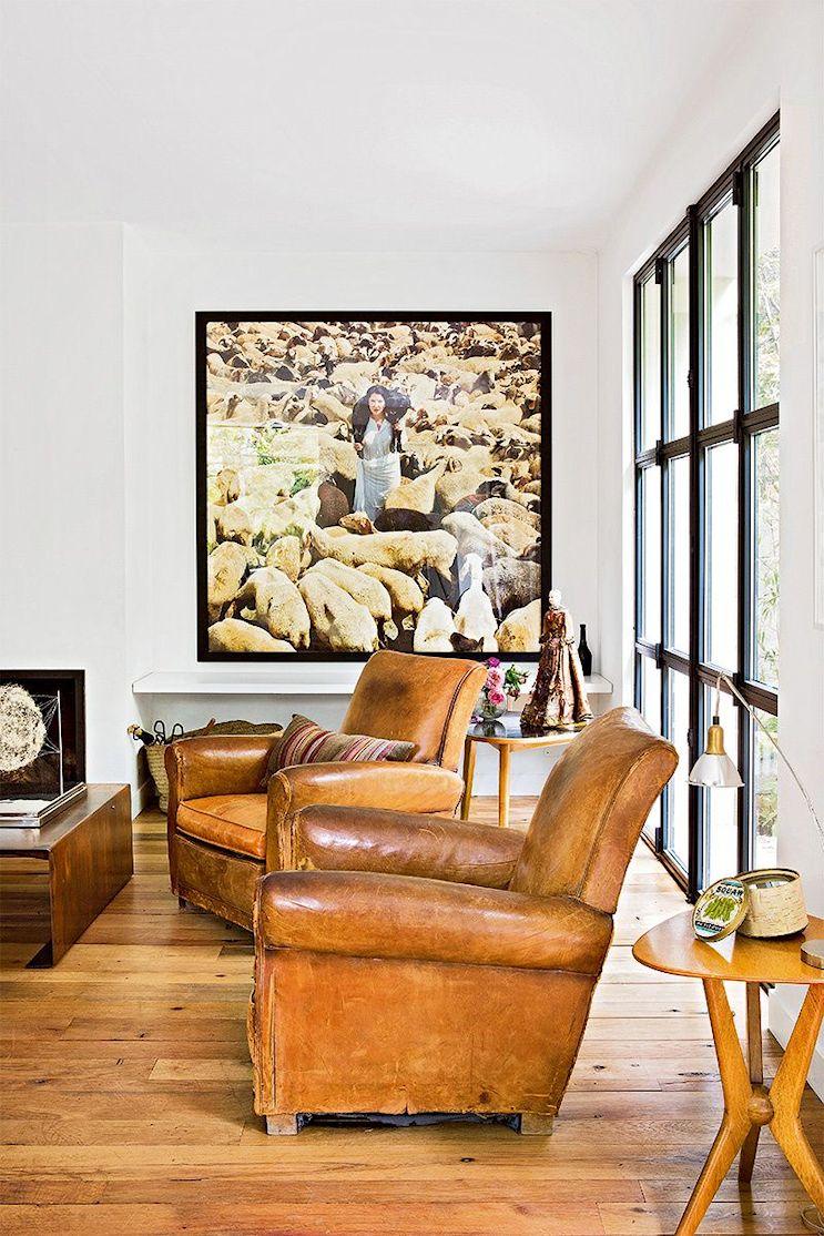En el living se combinan muebles diferentes pero en colores similares, creando armonía en la decoración.