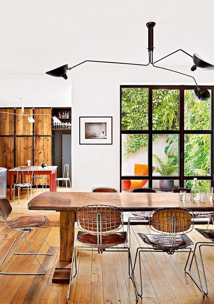 Desde cualquier punto de la planta baja es posible acceder al jardín que rodea a la vivienda.
