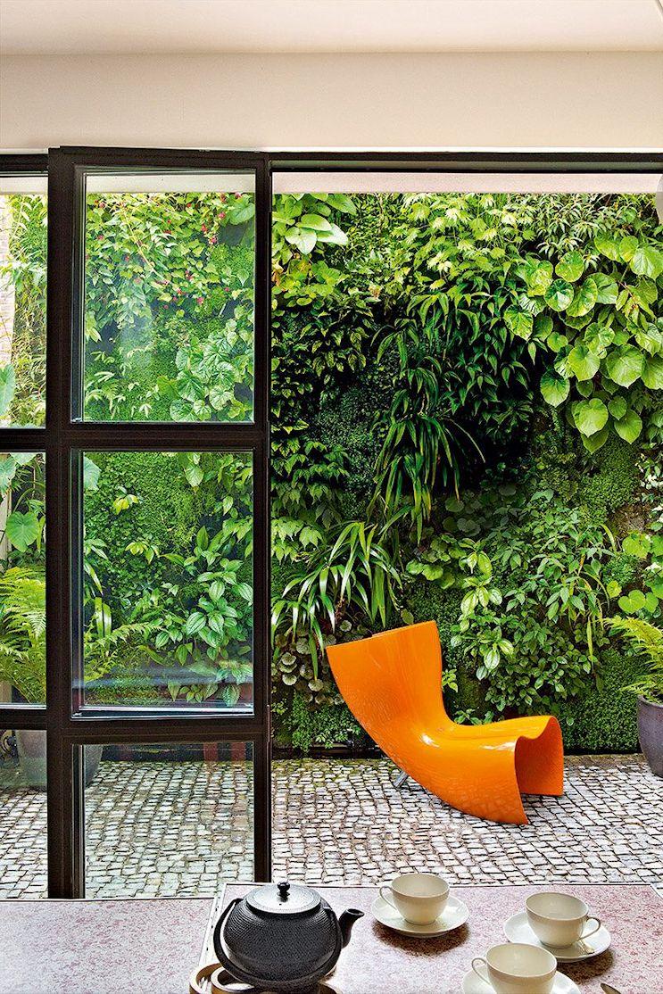 Patio con muro verde o jardín vertical, con más de 90 especies de plantas