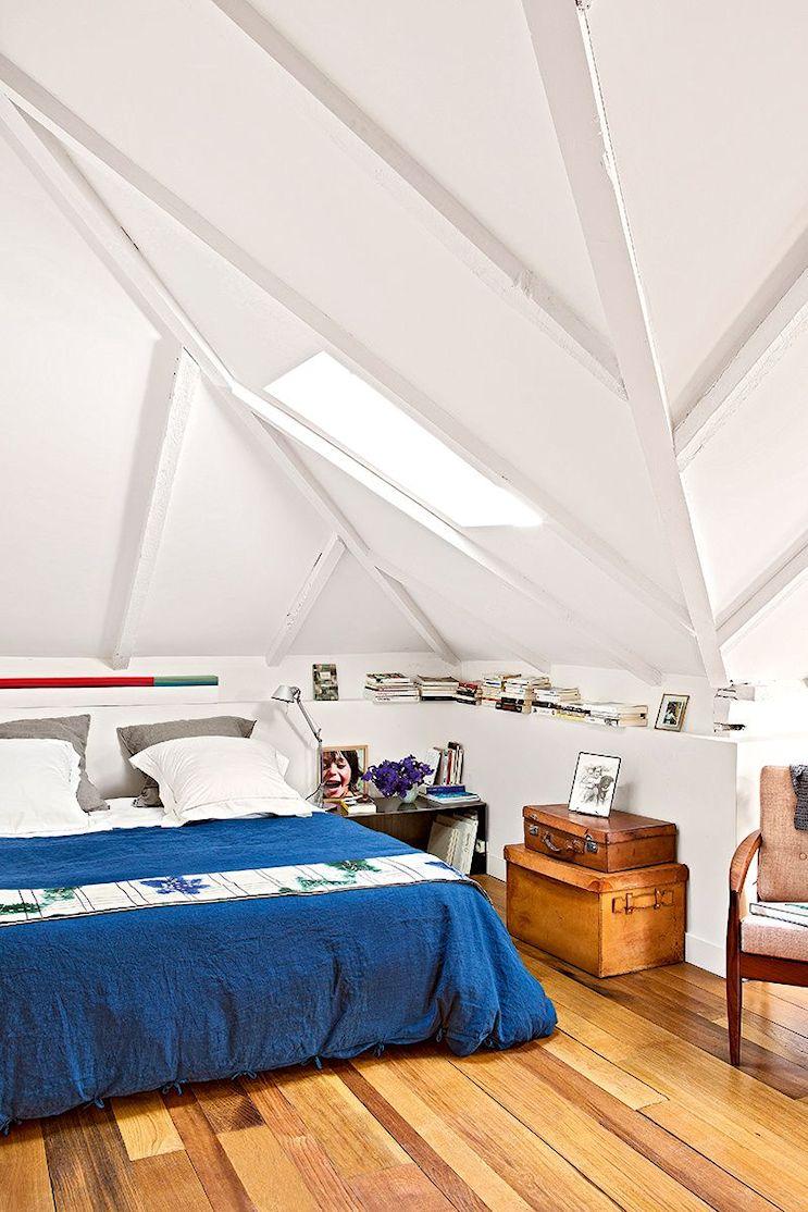 Dormitorio principal con techos abuhardillados.