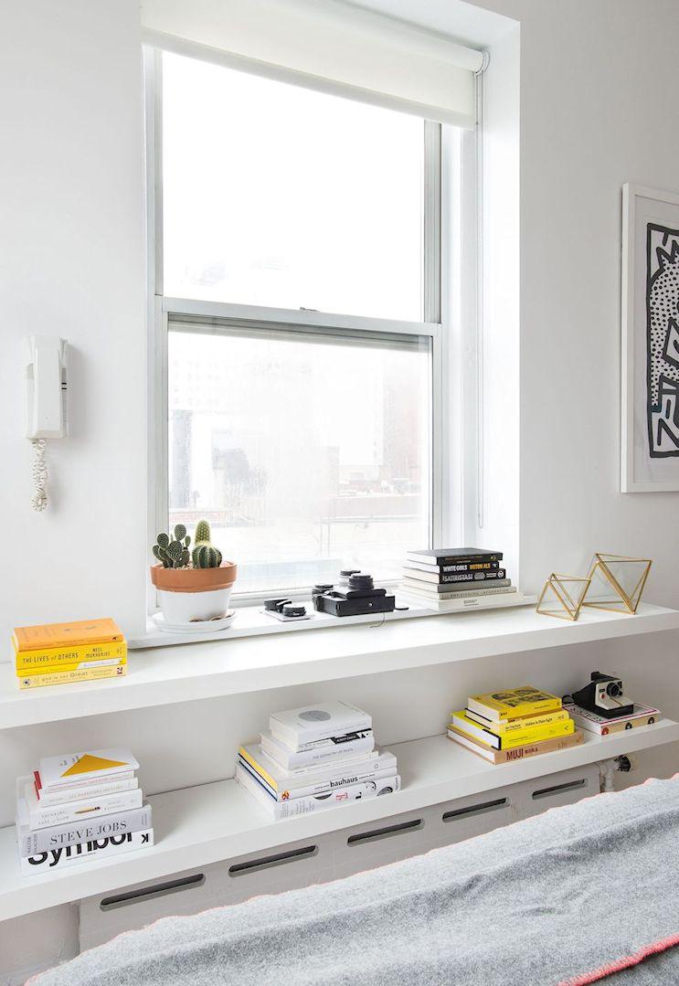 Monoambiente pequeño minimalista: estantes flotantes para sumar espacio de guardado sin ocupar lugar