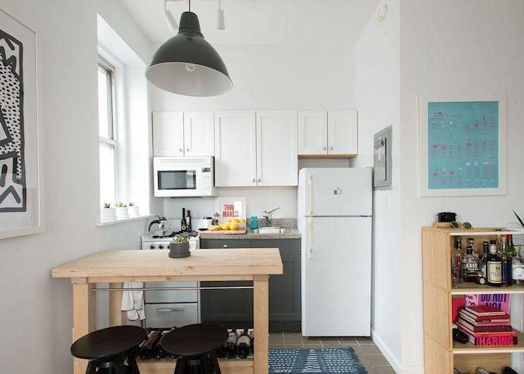 A la kitchenette original del monoambiente se le dio un aspecto más de cocina regular, integrándola al resto del ambiente y unificando los colores con los del resto de la vivienda