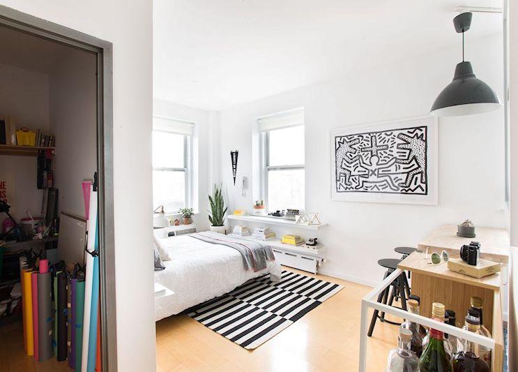 Los muebles se mantuvieron al mínimo. Se utilizaron alfombras para separar visualmente las áreas del monoambiente.