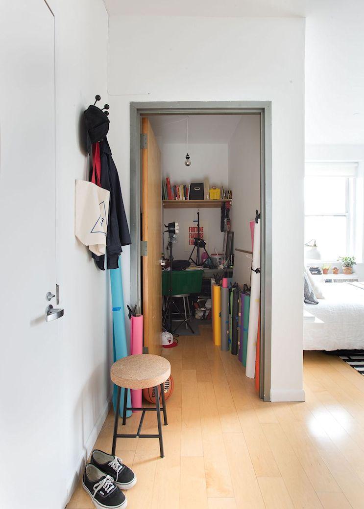 El monoambiente cuenta con un armario de tamaño mediano que el dueño utiliza para guardar sus herramientas de trabajo