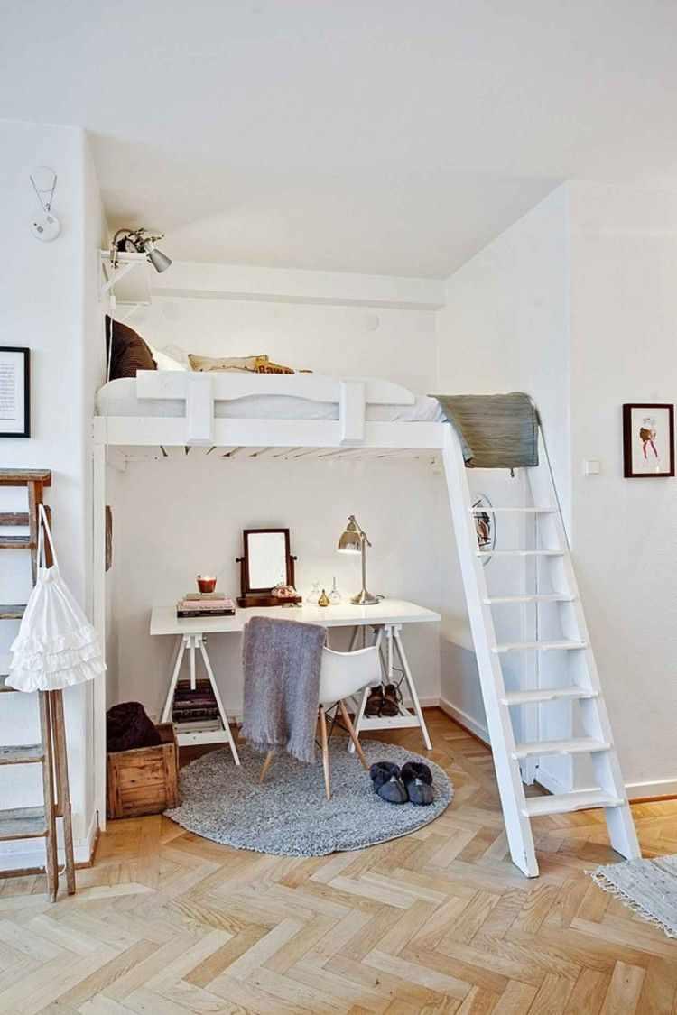 Cama elevada de madera sobre el escritorio