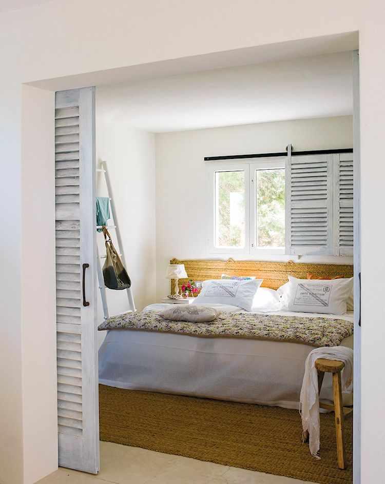 El dormitorio se integra al living. La utilización de objetos y accesorios en fibras naturales dan un toque rústico a la decoración