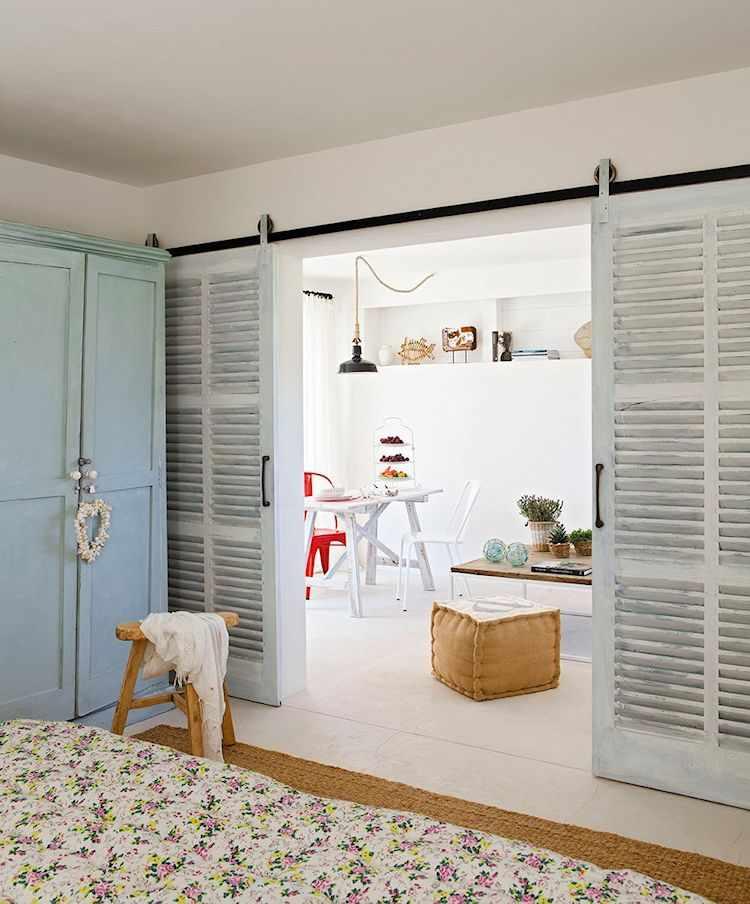 Para dar privacidad al dormitorio y separarlo del living se instalaron persianas antiguas recicladas que funcionan como puertas corredizas