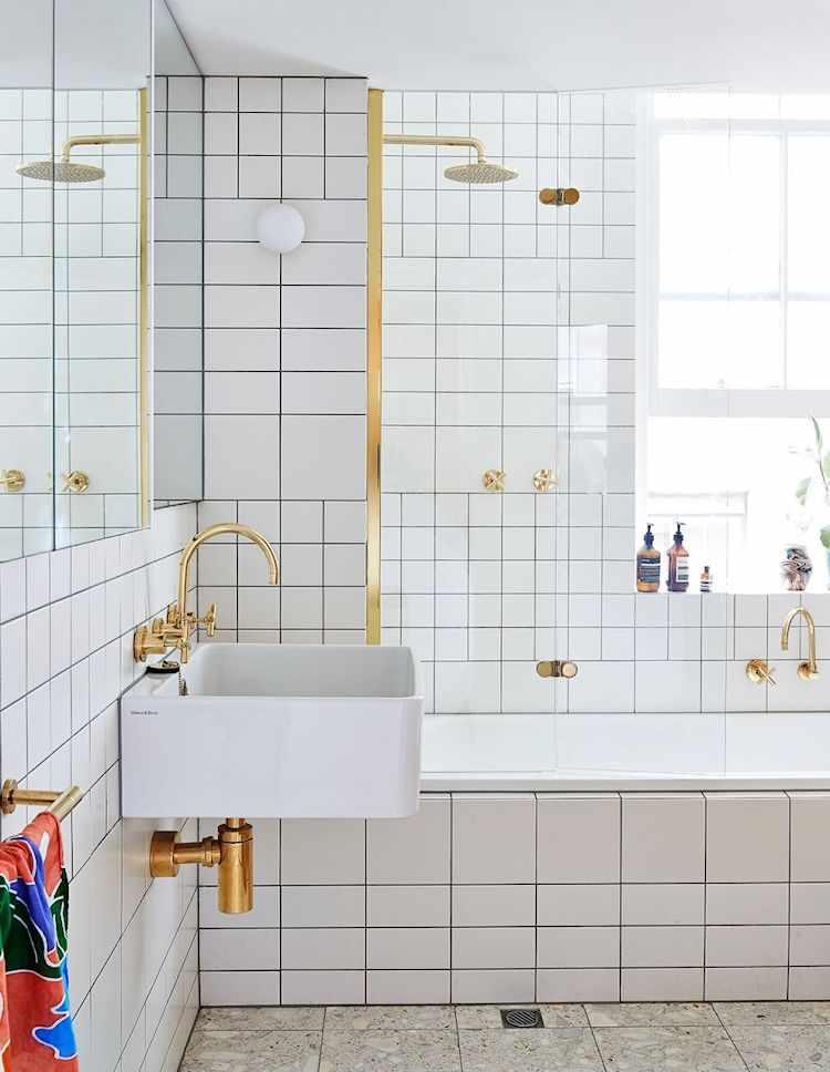 Baño con revestimiento cerámico en las paredes. Se alternaron cerámicas del mimso estilo pero en diferentes tamaños para crear patrones decorativos.