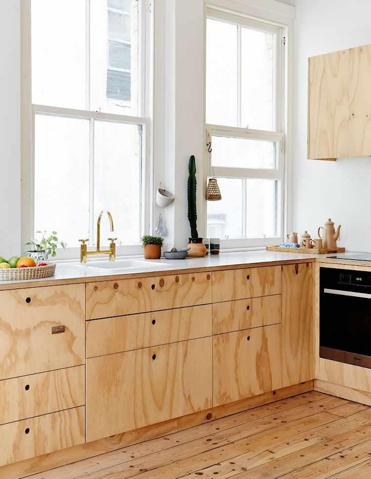 Mueble bajo mesada y alacenas en madera terciada. La mesada es de melamina blanca