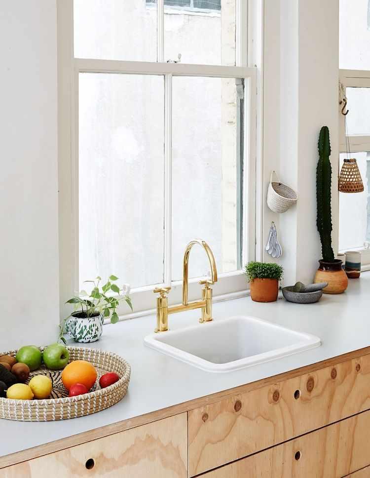 Grifería dorada en la cocina para sumar color
