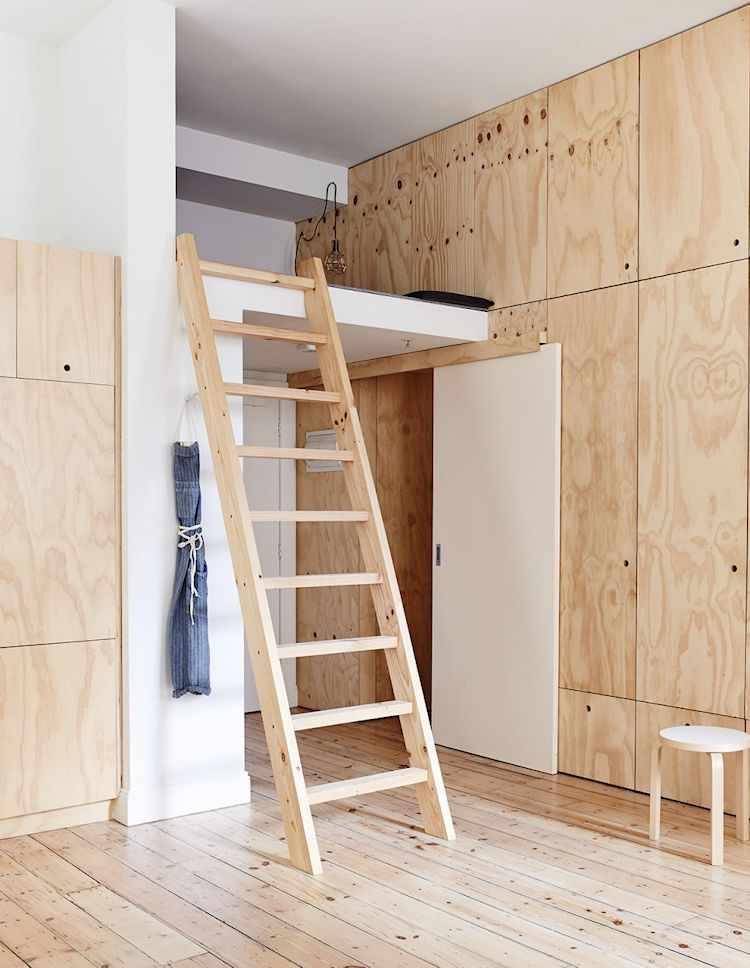 El diseño del departamento aprovecha la gran altura del techo para crear espacios de guardado extra y minimizar la cantidad de muebles