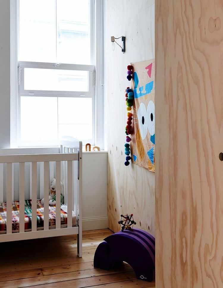 Cuarto infantil pequeño creado dentro de la estructura de madera terciada