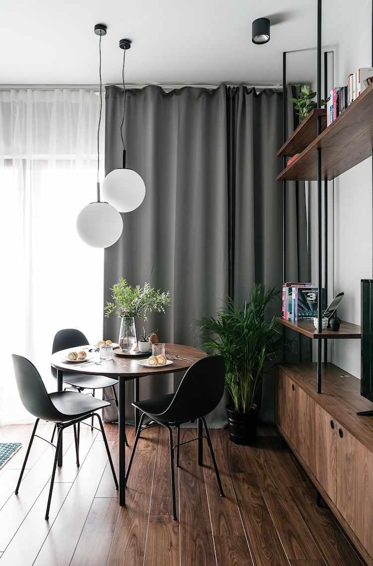 Departamento moderno de 2 ambientes con decoración sobria y masculina: cortinas grises como black out