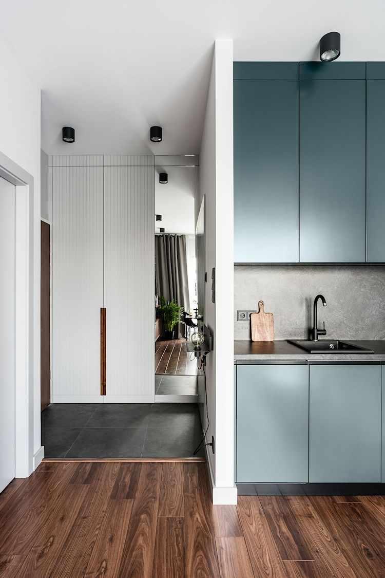 Departamento moderno de 2 ambientes con decoración sobria y masculina: hall de entrada con pisos cerámicos de color gris oscuro