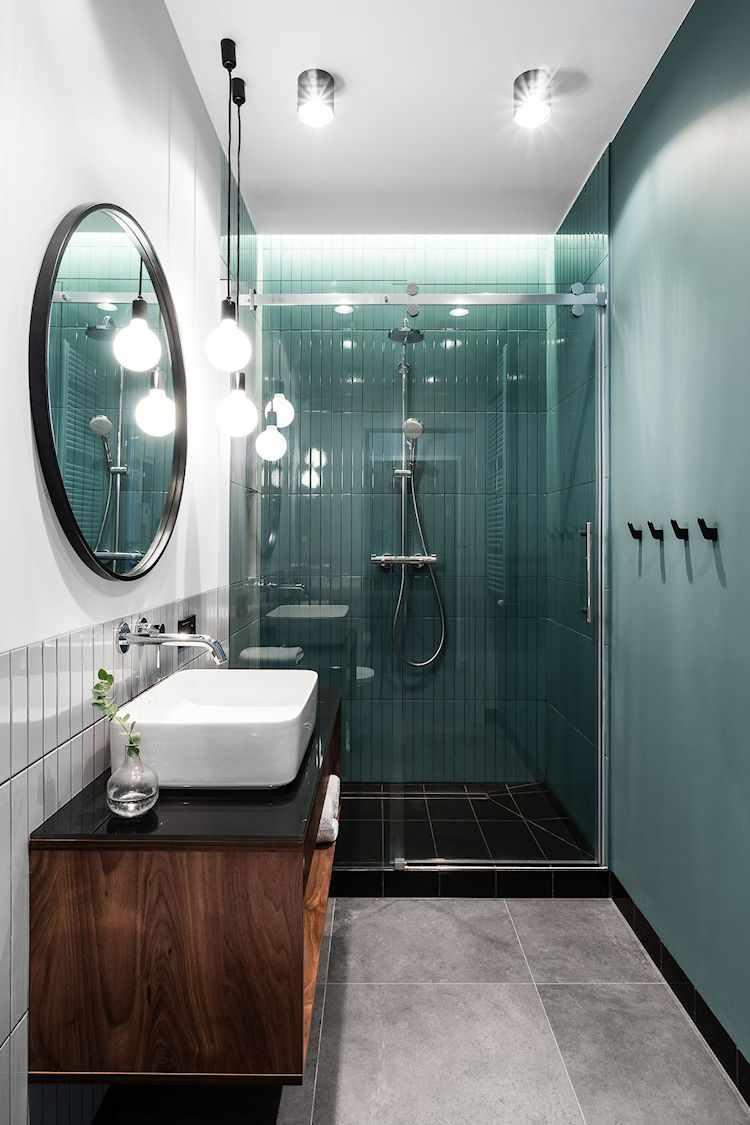Baño moderno con un diseño que juega con los colores para diferenciar cada área
