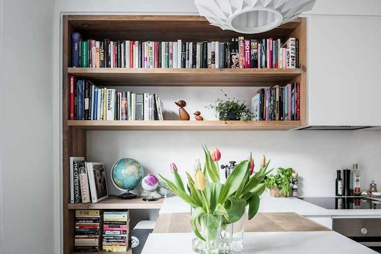 Los muebles de cocina blanco se alternan con terminaciones en madera natural para diferenciar espacios