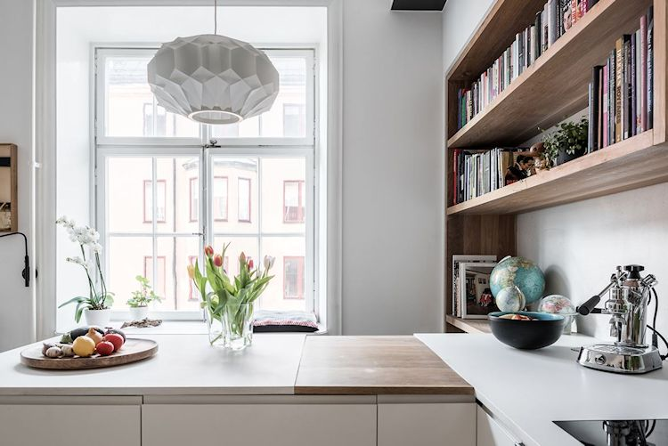 Parte de la mesada se extiende hacia el living creando la forma de L permitiendo que de un lado funcione como cocina y del otro como barra desayunador o espacio de trabajo