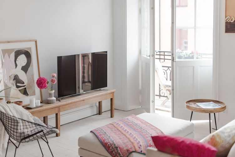 La Tv de pantalla plana sobre un banco de madera antiguo