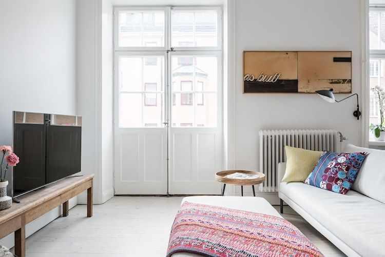 El living minimalista del departmento sólo tiene lo básico y necesario