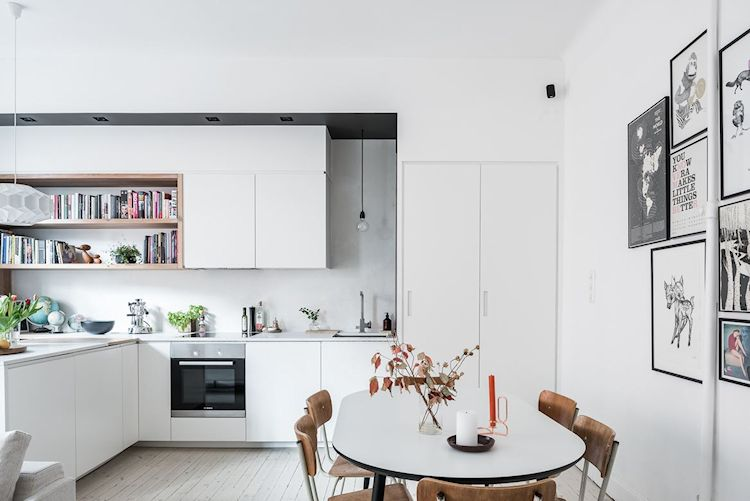 Cocina y comedor del departamento. Una forma de crear continuidad es usando el mismo color en las paredes y el mismo tipo de piso en cada sector, en este caso pisos de entablonado de pino blanqueado