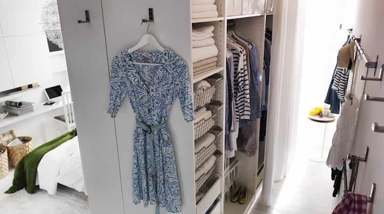 Conjunto de armarios de Ikea crean un vestidor que divide el sector del dormitorio