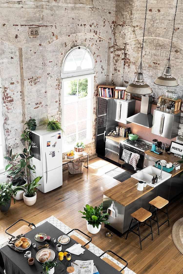 Loft de diseño en antiguo edificio industrial: cocina y comedor