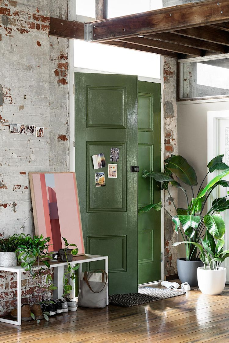 Loft de diseño en antiguo edificio industrial: entrada al loft, con puerta pintada de verde.