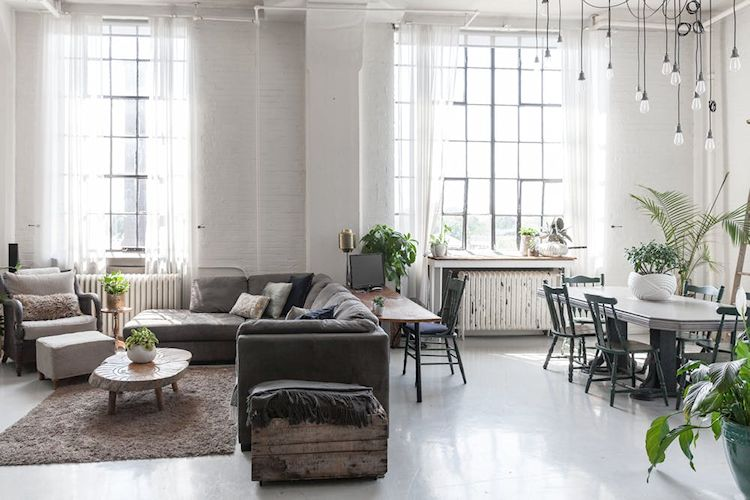 Loft industrial con decoración rústica y escandinava