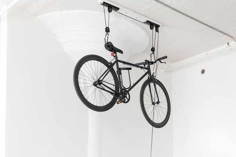 Soporte levadizo para guardar la bicicleta en altura. Ideal para espacios reducidos.