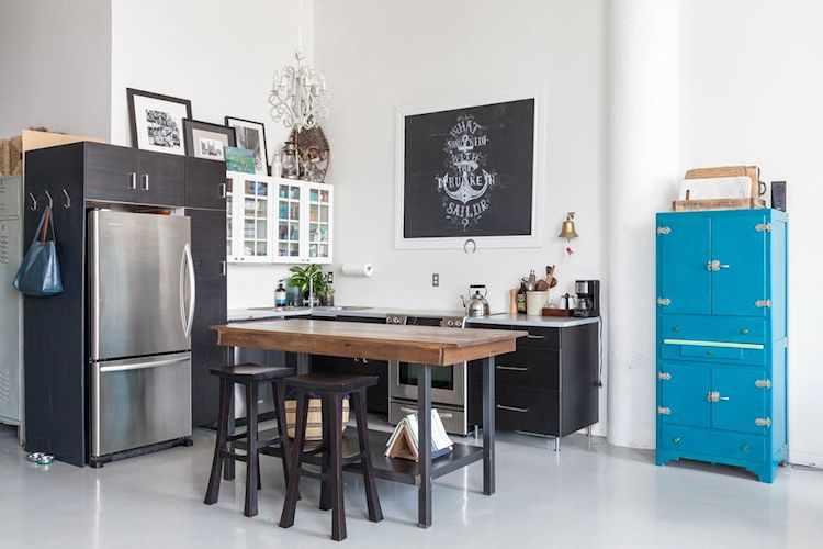 Cocina con diseño en L que aprovecha un rincón del loft