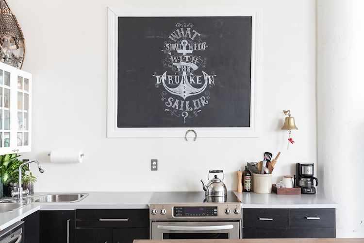 La combinación de colores tan neutrales da una estética nórdica a la decoración de la cocina