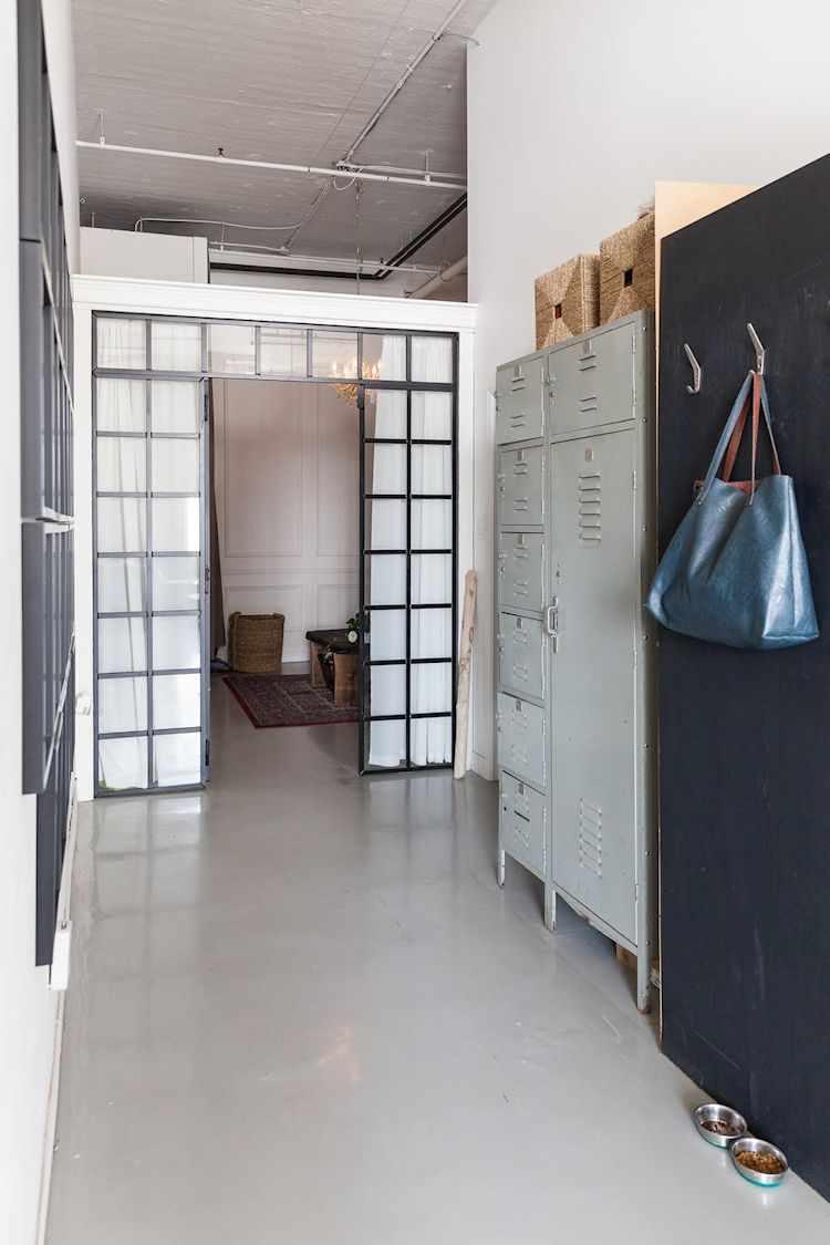 Pasillo hacia el dormitorio, con lockers metálicos antiguos para guardar cosas.