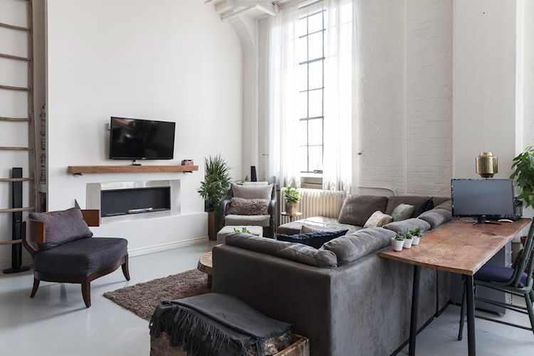 Living del loft, organizado alrededor de la TV y estufa
