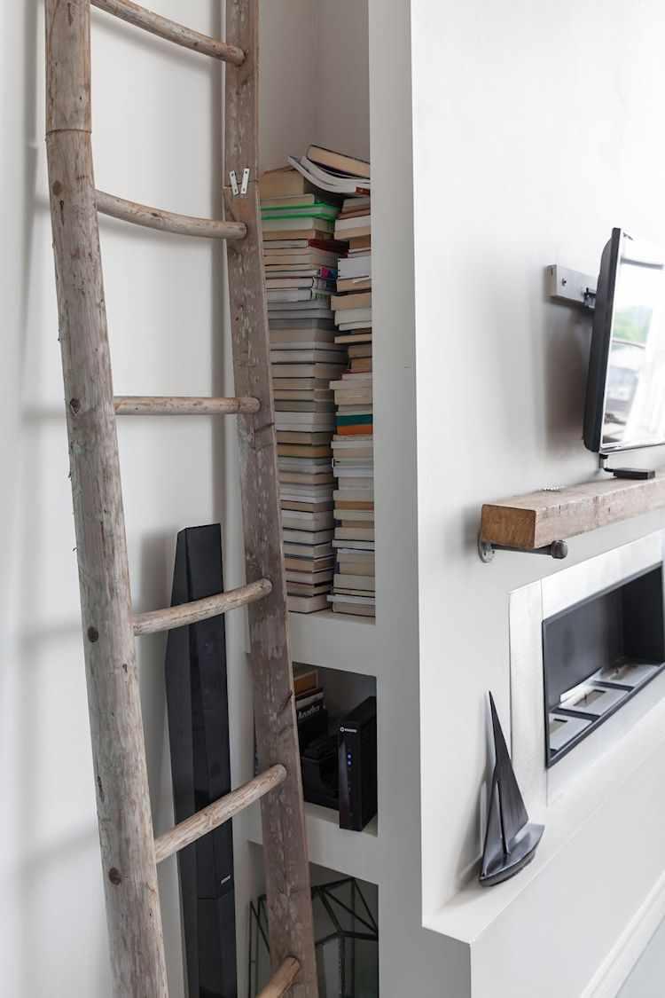 Pared de durlock para contener la estufa y cableado eléctrico. Espacio de guardado extra para libros y electrónicos pequeños como el módem