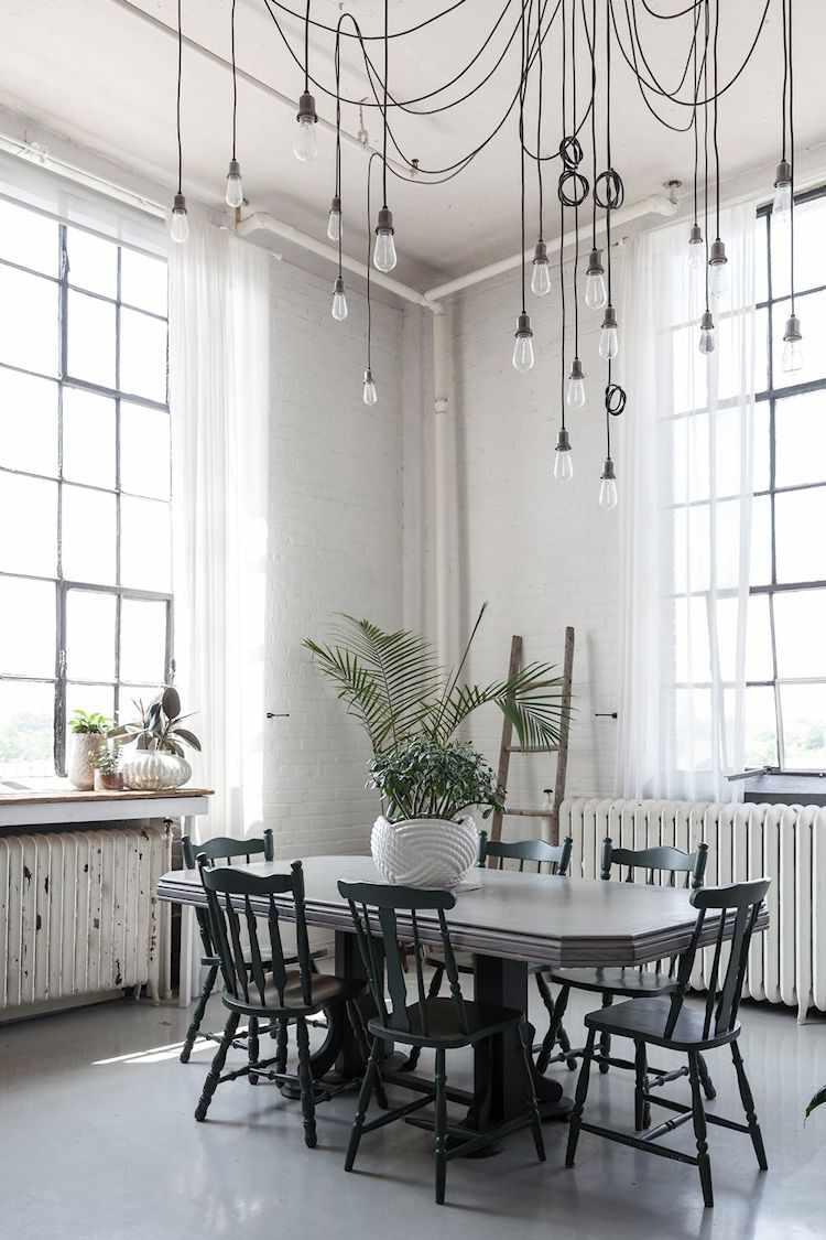 Como iluminación del comedor se instalaron varias lámparas colgantes creando un diseño original que juega con la elevada altura de los techos