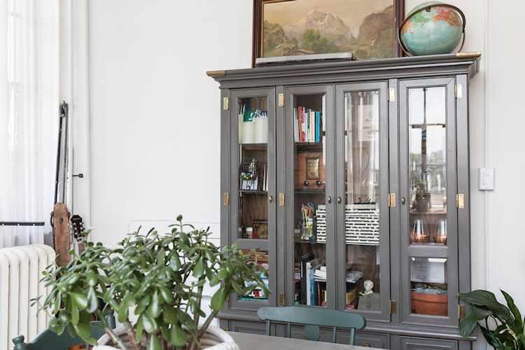 Vitrina recuperada en el mismo estilo que la mesa de comedor y sillas. Sirve para guardar los materiales de trabajo u oficina y así dejar la superficie del escritorio libre