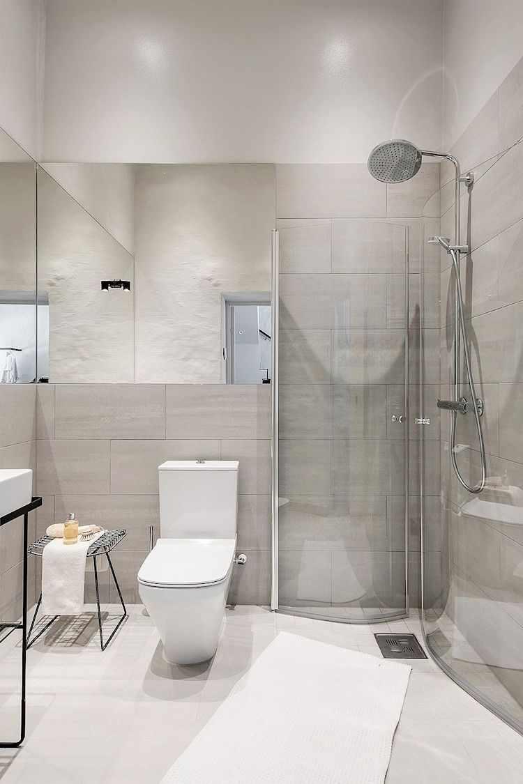 Ducha en lugar de bañera para ahorrar espacio en el baño.