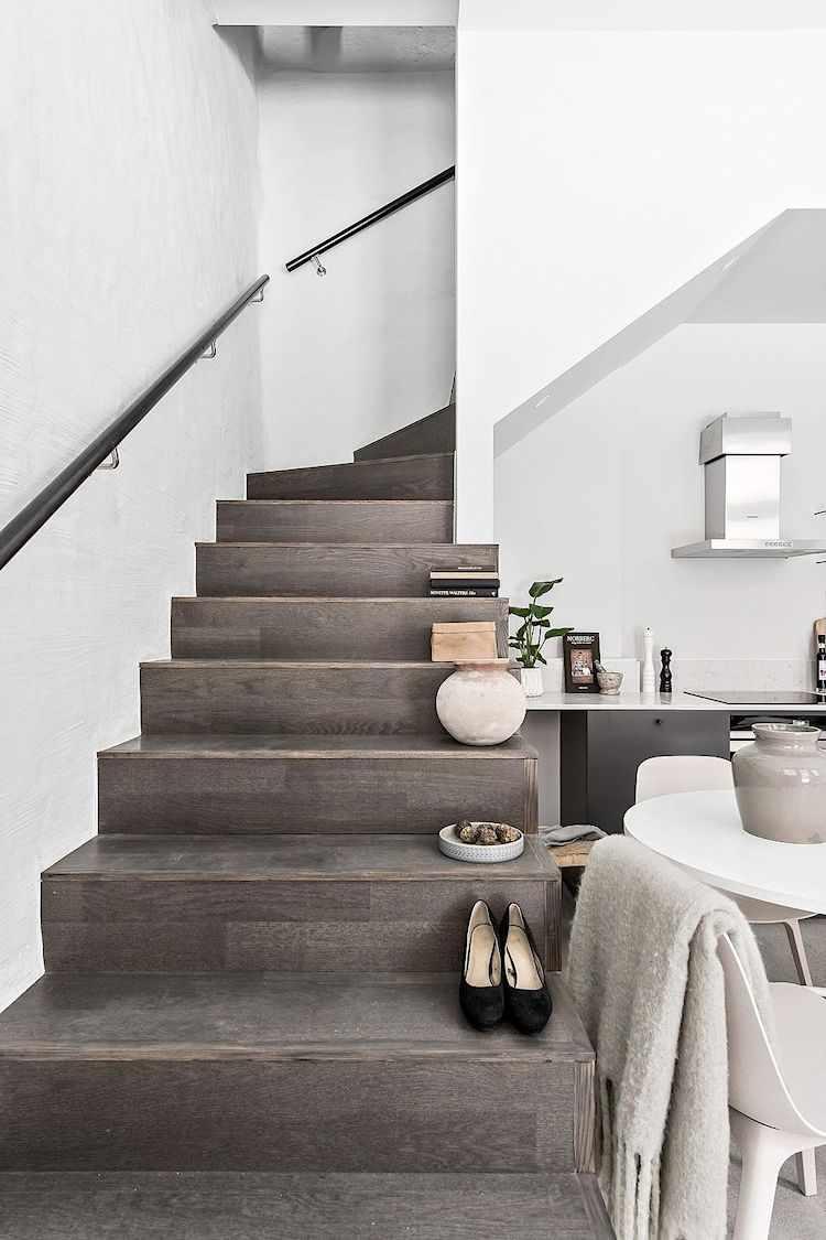 Escaleras con revestimiento de madera.