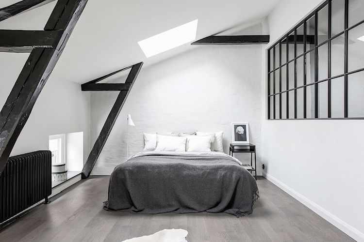Se instalaron tragaluces en el techo para aumentar la luminosidad del dormitorio.