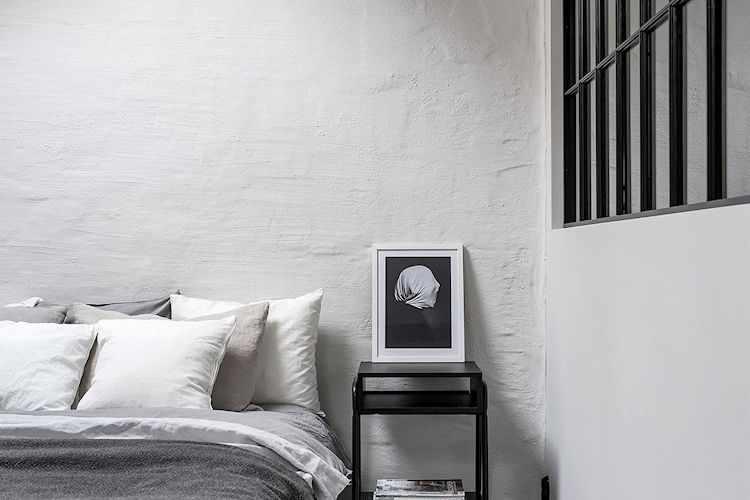Una pared texturada funciona como elemento decorativo.
