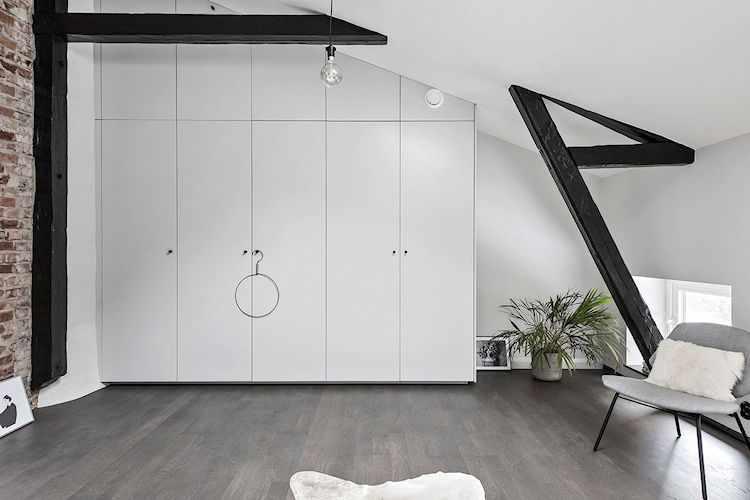 El amplio placard del dormitorio es el único espacio de guardado que tiene el dúplex.