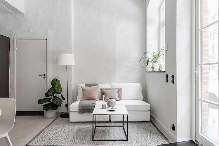 Living pequeño bien definido, con muebles cómodos y funcionales para espacios reducidos