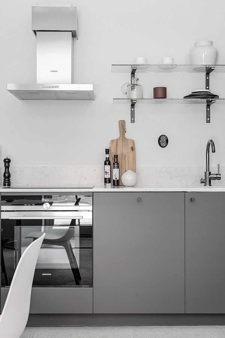 Estantes abiertos en lugar de alacenas. Contribuyen al estilo minimalista del ambiente principal.