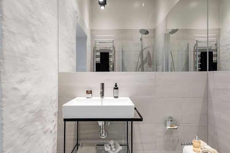 Baño pequeño moderno y minimalista