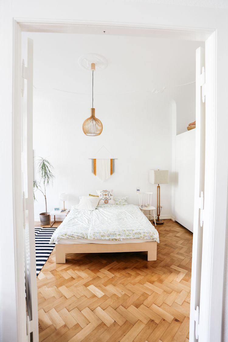 La baja altura de la cama hace que el dormitorio se sienta más espacioso